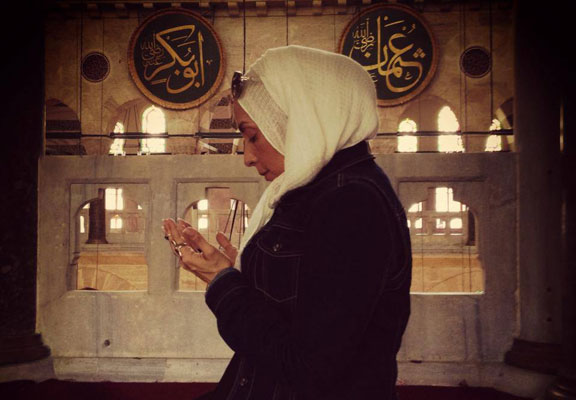 Zainab-Ismail-praying-at-a-mosque-Istanbul-Turkey