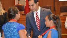 Alyssa and Makayla meet San Antonio Mayor, Julian Castro. (Source: Fitness Funatics)