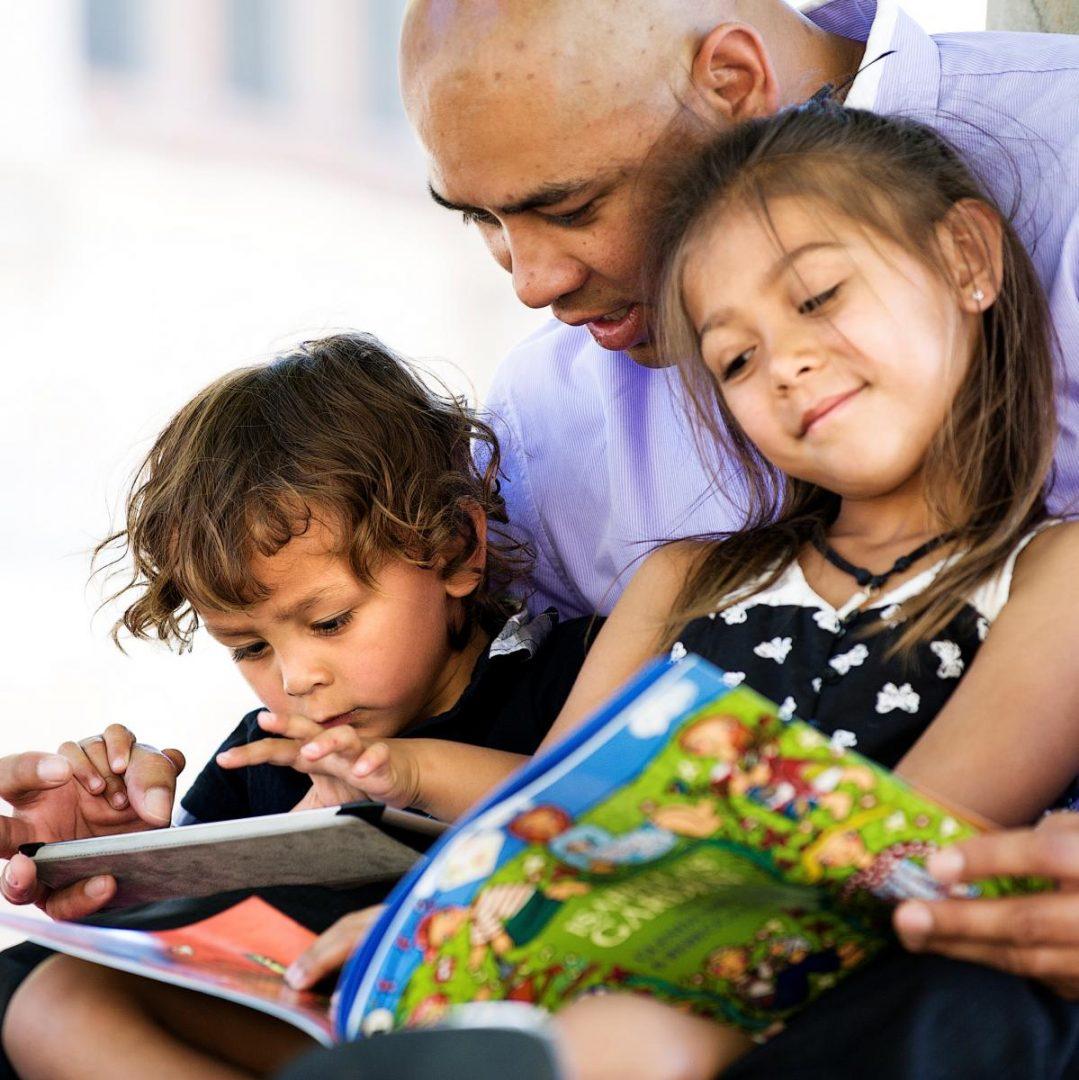 padre-leyendo-con-sus-hijos