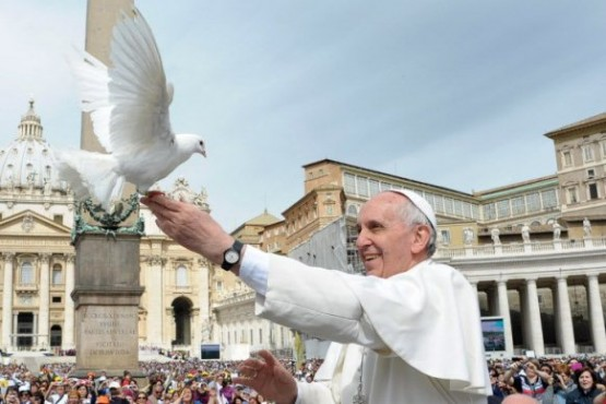 Pope-Francis-Dove-3x2-555x370