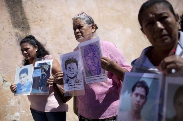 GUA04. CIUDAD DE GUATEMALA (GUATEMALA), 30/11/2013.- Tres mujeres sostienen retratos de sus hijos, migrantes desaparecidos, durante la novena Caravana de Madres Centroamericanas Buscando a sus Migrantes Desaparecidos en la Ruta Migratoria en Ciudad de Guatemala hoy, sábado 30 de noviembre de 2013. La caravana se realiza en el país del 29 de noviembre al 18 de diciembre de 2013. EFE/Saul Martinez